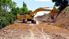 Arguvan'da yol çalışmalarını sürdürüyor