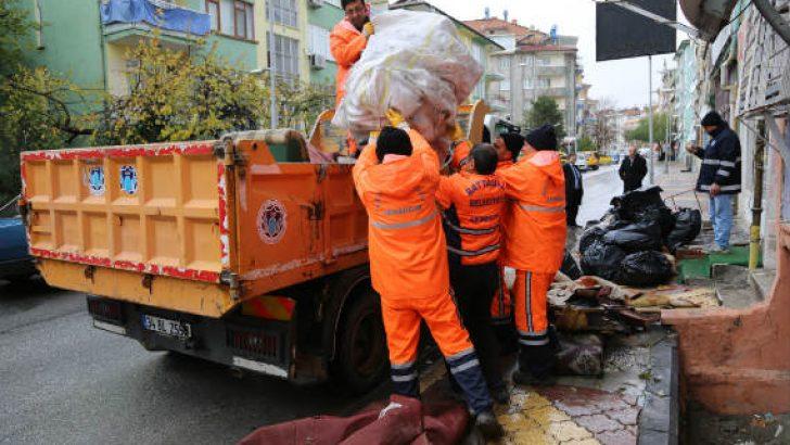 Malatya'da Bir Evin İçinde ve Bahçesinde 3 Kamyon Çöp Çıktı