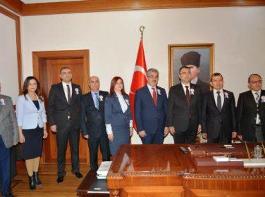 Poyraz, daire müdürleri ve maliye personeli Vali Mustafa Toprak'ı makamında ziyaret etti.