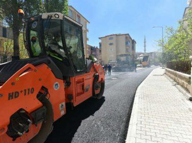 Battalgazi Belediyesi tarafından Başharık Mahallesi'nde sıcak asfalt çalışmaları yapılıyor.