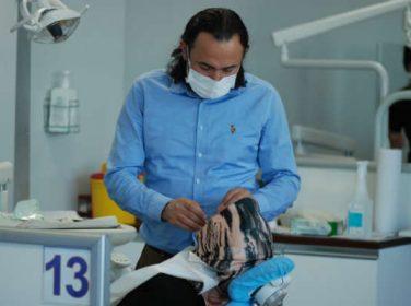 Doç. Dr. Ümit Yolcu diş implantlarının hem hastaların hem de hekimlerin yüzünü güldürücü sonuçları olduğunu açıkladı.