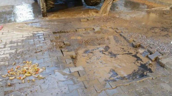 TOKİ Çamlıca Sitesi bahçesinden geçmekte olan su borusu bir kez daha patladı ve çevre kısa sürede sular altında kaldı.