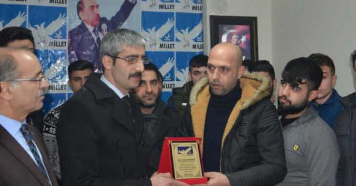Millet Partisi MP Malatya İl Başkan yardımcısı Kadir Akdağ İhlas Haber Ajansı Malatya Muhabir Selçuk Dönmez plaket verdi