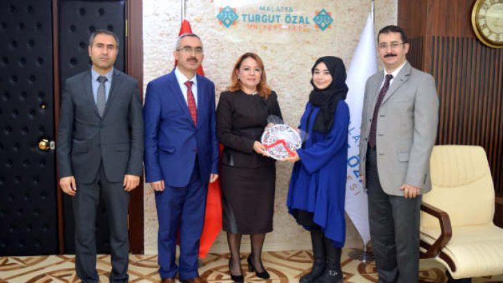 Rektör Prof. Dr. Karabulut, öğrenci Melike Koca'yı başarısından dolayı el işçiliği ile yapılmış çini tabak hediye ederek tebrik etti.