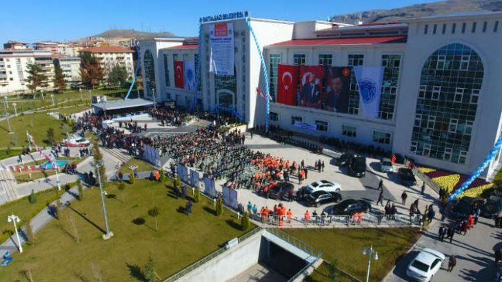 """Gürkan, """"Biz hizmetlerin destanını yazıyoruz, inşallah 31 Mart'ta da gönül belediyeliğinin destanını Malatya yazacak"""" dedi."""