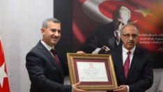 Yeşilyurt Belediye Başkanı Çınar, İl Seçim Kurulunda düzenlenen törenle mazbatasını aldı