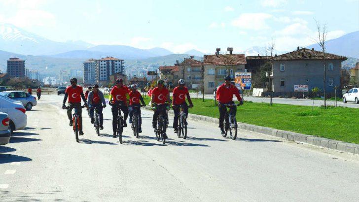 'Çanakkale Şehitleri Anma' projesi kapsamında düzenlenen bisiklet turunun startı Yeşilyurt Belediyesi Hizmet Binası önünden verildi