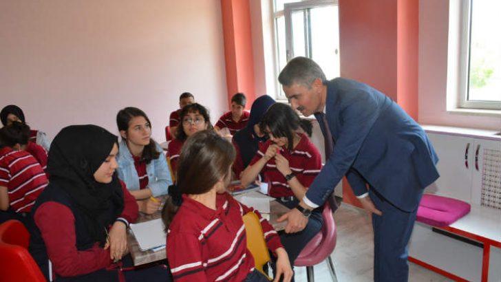 Sn ValiAydın Baruş, Tecde Anadolu Lisesini ziyaret ederek öğrenci ve öğretmenlerle bir araya geldi.