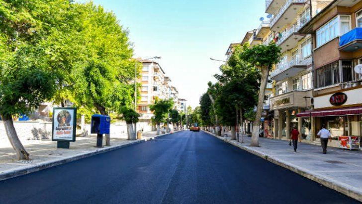 Malatya'nın önemli ana arterlerinden biri olan Fuzuli Caddesi'nde asfaltlama çalışmaları yaptı.