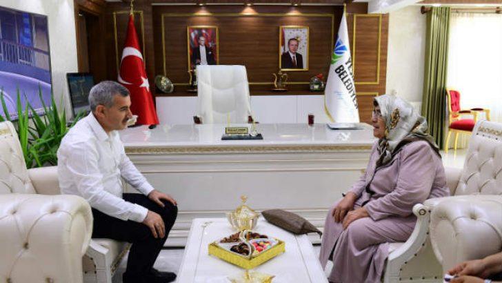 Yeşilyurt Belediye Başkanı Mehmet Çınar, kendisine sürpriz bir ziyarette bulunan İlkokul Öğretmeni Mehpare Karol'u makamında ağırladı