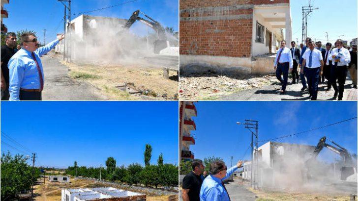 Cevatpaşa Mahallesinde kamulaştırılan binaların yıkımı gerçekleştiriliyor