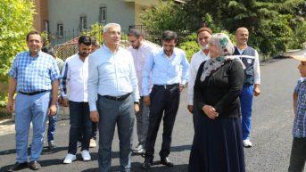 Güder, Battalgazi ilçesine bağlı Çamurlu bölgesinde 15 sokakta yapılan sıcak asfalt çalışmalarını yerinde inceledi.