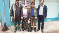 Yeşilyurt Belediyesi Temizlik İşler Müdürlüğü personelleri poşet içinde buldukları 2000 TL'yi sahibine teslim etti