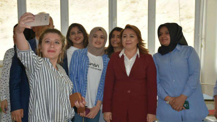 """Rektör Karabulut;  """"Yurt yapılınca kız öğrenciler eğitime devam etti"""""""