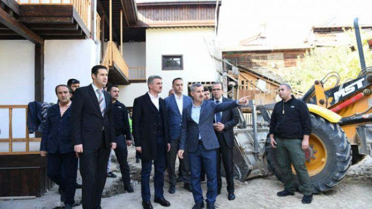 Vali Baruş , Çırmıktı'daki Hıroğlu mahallesinde yapımı devam eden Tarihi Konaklarda detaylı incelemelerde bulundu