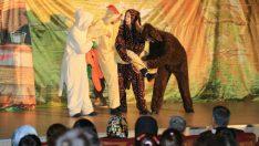 'Bremen Mızıkacıları' isimli tiyatro gösterisi çocuklardan yoğun ilgi gördü.