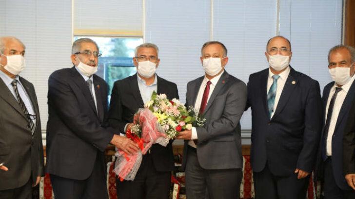 Muhtarlar Battalgazi Belediye Başkanı Osman Güder'i makamında ziyaret etti.