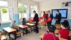 Vali Aydın Baruş, 8 sınıf öğrencilerine yardımcı kaynak kitap dağıtım etkinliğine katıldı.