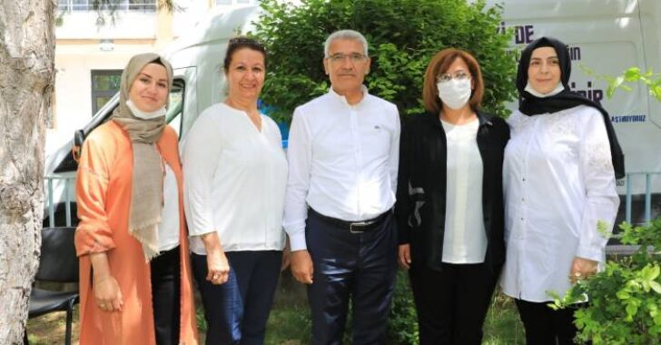Anneler Günü vesilesiyle ilçede görev yapan 4 kadın muhtarla bir araya gelerek, Anneler Günü'nü kutladı ve karanfiller verdi.