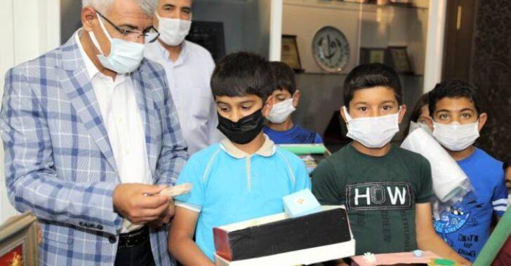Battalgazi Belediye Başkanı Osman Güder, 'Masal Sandığım' isimli projenin mimarları olan Fırıncı İlkokulu 3.ve 4.sınıf öğrencilerini konuk etti.
