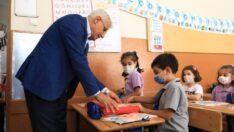 Battalgazi Belediye Başkanı Osman Güder, 2021-2022 yeni eğitim-öğretim yılının ilk gününde öğrencilerin heyecanına ortak oldu.