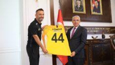 Battalgazi Belediye Başkanı Osman Güder, Milli kaleci Karadağ'dan Dünya Şampiyonluğu sözü aldı